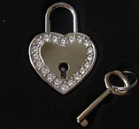hjärtformat lås med vit strass